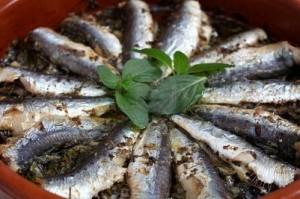 5187836-vers-gebakken-sardientjes-met-peterselie-olijfolie-oregano-peper-zout-en-citroensap-in-een-terracott